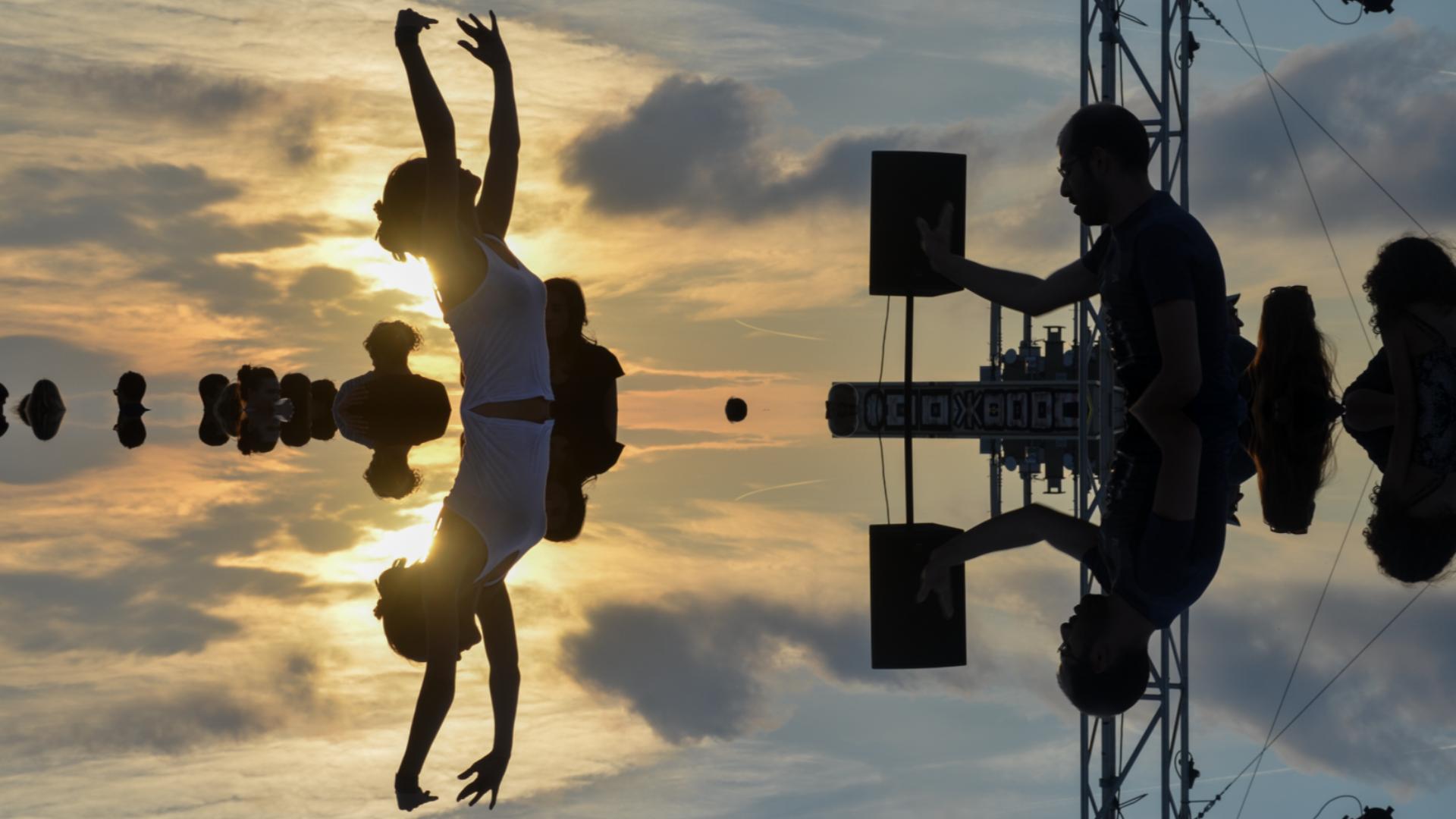 Festival le bon air. Toit terrasse de la Friche. Couple de danseurs en transe.